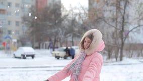 Het vrolijke meisje zegt en glimlacht stock video