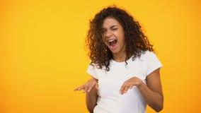 Het vrolijke mengen-raswijfje dat zich aan muziekritme beweegt, het vieren succes, ontspant stock footage