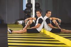 Het vrolijke mens ontspannen op vloer in gymnastiek royalty-vrije stock fotografie