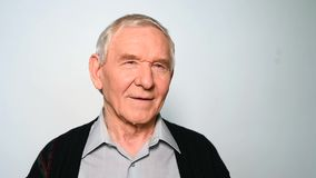 Het vrolijke oude mens glimlachen geïsoleerd op witte achtergrond stock video