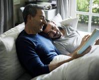 Het vrolijke paar brengt samen tijd door Stock Afbeeldingen