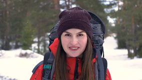Het vrolijke portret van de wandelaarvrouw Mooi het glimlachen vrouwelijk schokkenhoofd stock videobeelden