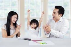 Het vrolijke schoolmeisje krijgt motivatie Stock Foto's