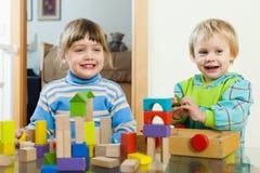 Het vrolijke sibling spelen in blokken Stock Foto's