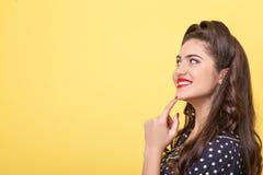 Het vrolijke slanke meisje drukt positieve emoties uit Royalty-vrije Stock Afbeelding