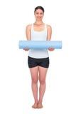 Het vrolijke slanke model stellen houdend haar opgerolde mat Stock Afbeelding