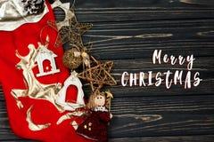 Het vrolijke teken van de Kerstmistekst op Kerstmis gouden modieus speelgoed Orna Stock Foto's
