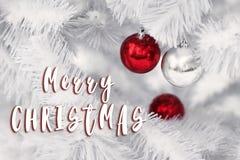 Het vrolijke teken van de Kerstmistekst op modieuze rode en zilveren ornamentbal Stock Afbeeldingen