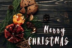 Het vrolijke teken van de Kerstmistekst op modieuze rustieke de wintervlakte legt met Stock Foto's
