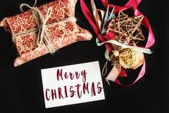 Het vrolijke teken van de Kerstmistekst op mooi schitterend heden in desig Stock Afbeeldingen