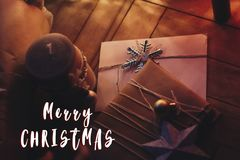 Het vrolijke teken van de Kerstmistekst op rustieke ambacht stelt voor met ornamen Stock Fotografie