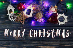 Het vrolijke teken van de Kerstmistekst op slinger steekt grensang gouden t aan Stock Afbeeldingen