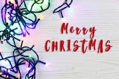 Het vrolijke teken van de Kerstmistekst op slingerlichten kleurrijk modieus BO Stock Foto