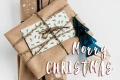Het vrolijke teken van de Kerstmistekst stelt in ambachtdocument voor, eenvoudig Ha stock fotografie