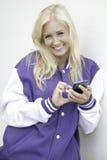 Het vrolijke tiener texting op smartphone Stock Foto's