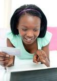 Het vrolijke tienermeisje online winkelen Royalty-vrije Stock Foto's
