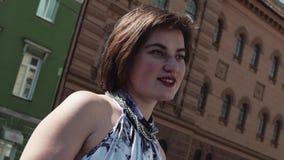 Het vrolijke vocalistmeisje presteert in oude stad in de zomerkleding stock videobeelden