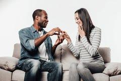 Het vrolijke vrouw goedkeuren dient huwelijk in stock foto