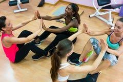 Het vrolijke vrouw slaan dient training tijdens groepsklasse in royalty-vrije stock afbeeldingen