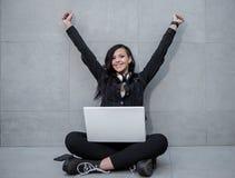 Het vrolijke vrouw vieren bij laptop Stock Afbeelding