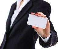 Het vrouwelijke adreskaartje van de handholding in bureau Stock Foto