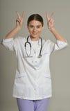 Het vrouwelijke arts gesturing Royalty-vrije Stock Afbeeldingen