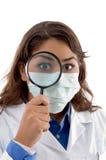 Het vrouwelijke arts inspecteren met vergrootglas Royalty-vrije Stock Foto