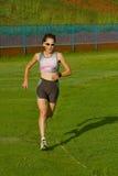 Het vrouwelijke atleet lopen. Stock Afbeeldingen