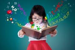 Het vrouwelijke boek van de studentenlezing met formule stock afbeeldingen
