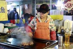Het vrouwelijke chef-kok koken Stock Afbeeldingen