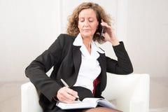 Het vrouwelijke Chef- spreken aan iemand op de telefoon Stock Afbeeldingen