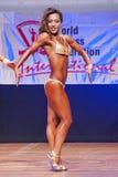 Het vrouwelijke cijfermodel toont haar beste bij kampioenschap op stadium Stock Foto's