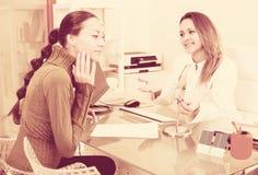 Het vrouwelijke cliënt bezoeken in esthetisch geneeskundecentrum stock foto's