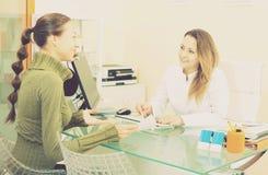 Het vrouwelijke cliënt bezoeken in esthetisch geneeskundecentrum stock fotografie