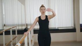 Het vrouwelijke danser praktizeren bij de Staaf in de dansstudio stock videobeelden
