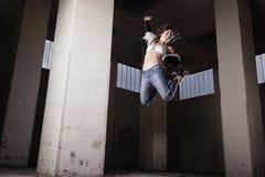 Het vrouwelijke danser springen. Stock Foto's
