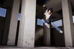 Het vrouwelijke danser springen. Stock Fotografie