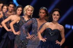 Het vrouwelijke de modellen van Sofia Fashion Week glimlachen Stock Foto's