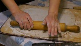 Het vrouwelijke deeg van de handenontwikkeling met rollinpin stock videobeelden