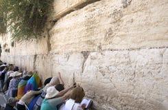 Het vrouwelijke deel van van de Westelijke Muur (de Loeiende Muur), Vrouwen bidt in Jeruzalem, Israël, 15 Juni, 2015 royalty-vrije stock afbeelding