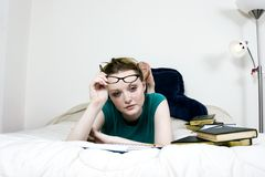 Vrouwelijke Student Thinking stock foto