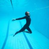 Het vrouwelijke duiker onderwater vliegen Stock Afbeeldingen