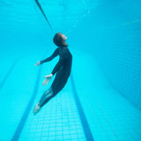 Het vrouwelijke duiker onderwater vliegen Stock Afbeelding