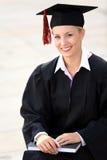 Het vrouwelijke gediplomeerde glimlachen stock foto's