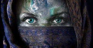 Het vrouwelijke gezicht van de Aarde van de moeder