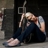 Het vrouwelijke gitarist stellen Stock Foto