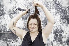 Het vrouwelijke haar gladmaken Stock Foto