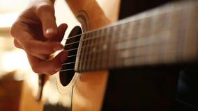 Het vrouwelijke hand spelen op akoestische gitaar Close-up stock footage