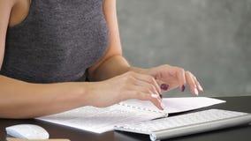 Het vrouwelijke handen bezige typen op een toetsenbord stock videobeelden