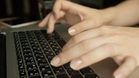 Het vrouwelijke handen typen stock videobeelden